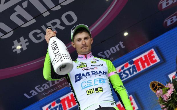 Brindisi al Giro - Vittoria veneta al Giro d'Italia. Spettacolare rimonta Enrico Battaglin nell'ultimo km, beffati Cataldo e Pantano . Il ciclista vicentino ha brindato con le bollicine venete di Astoria (LaPresse)