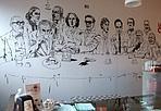 Un caffè con Hemingway - Nelle librerie «Lovat» ora si possono gustare un caffè o un bicchiere di vino in compagnia di grandi scrittori, registi, cantanti e architetti dipinti sui muri.