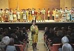 Un «dottore» in platea - Il basso Bruno De Simone, il dottor Dulcamara ne «L'Elisir d'amore» di Donizetti, è sceso nella platea della Fenice durante la prima a Venezia (foto Michele Crosera)