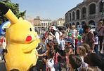 ...il «coniglio» come fa? - Lo Zecchino d'Oro sbarca in piazza Bra a Verona per divertire grandi e piccoli con tre giorni di selezioni canore, musica e spettacoli che si concluderanno domenica 13 maggio in occasione della Festa della mamma. I bambini si divertiranno a cantare, ballare e coccolare Picachu (Sartori | fotoland)