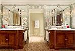 La suite più bella del reame - Chissà se la matrigna di Biancaneve si accontenterebbe degli specchi della Dandolo Royal Suite dell'Hotel Danieli... Un appartamento di 150 metri quadri in cui si fa sfoggio di oro (vero e massiccio), argento, tessuti Rubelli e marmi pregiati scelti con cura dall'architetto Pierre-Yeves Rochon.  L'hotel ha riaperto in questi giorni le«camere» affacciate sul Bacino, in cui sarà possibile dormire delle vere e proprie notti da fiaba (per pochi) come fecero Greta Garbo e Maria Callas (foto di Matthew Shaw)