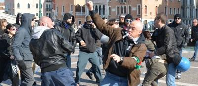 Manifestazione dei Forconi in stazioneScontro con i no global | Foto | Video