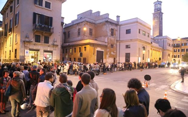In coda per lo scrittore - Verona, tutti in fila per Pennac (Sartori/Fotoland)