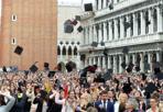"""Festa di laurea - I neo-laureati in piazza San Marco a Venezia lanciano il """"tocco"""" al cielo"""
