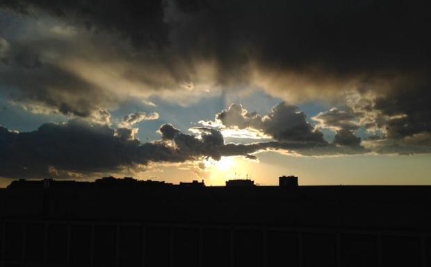 Tramonti a Nordest - Una fantastica luce e un bellissimo effetto con le nuvole hanno accompagnato verso le ore serali gli abitanti di Padova. In questa foto, l'immagine del tramonto nella Città del Santo (foto Padovese)