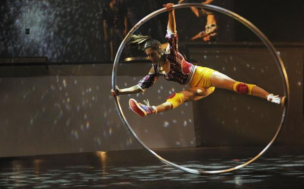 La poesia del circo - Un numero acrobatico del Cirque Eloize che dal 2 al 5 maggio si esibirà a Jesolo