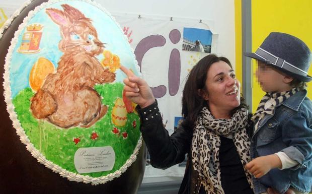 Il Maxi Uovo - L'uovo di cioccolata donato dalla Polizia di Stato ai bambini ricoverati in Pediatria nell'Ospedale all'Angelo di Mestre (Foto Errebi)