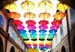 Piovono ombrelli - Arte e shopping: l'outlet Mc Arthur Glen Designer di Noventa di Piave (Venezia) fino all'11 maggio propone Colour Me Happy 2014, grandi sculture dedicate allo shopping