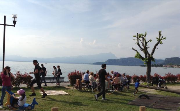 La spiaggia del lago - Le spiagge (in erba) del lago di Garda si sono riempite di giovani, anziani e di famiglie per la tradizionale uscita del 25 aprile