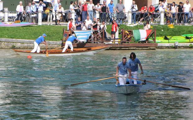 Nelle acque del Sile - Gare di canottaggio fra studenti universitari sul fiume Sile, nel Trevigiano (Balanza)
