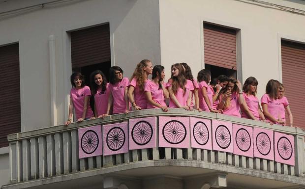 Balcone rosa - Vittorio Veneto, ragazze aspettano il Giro (Balanza)
