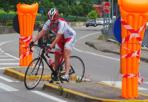Sicurezza on the road - La prudenza non è mai troppa, così in un tratto pericoloso di  Montorio (Verona) c'è chi ha pensato di ricoprire i segnali stradali con i materassini da spiaggia, per attutire l'impatto in caso di incidente... (Foto Sartori)