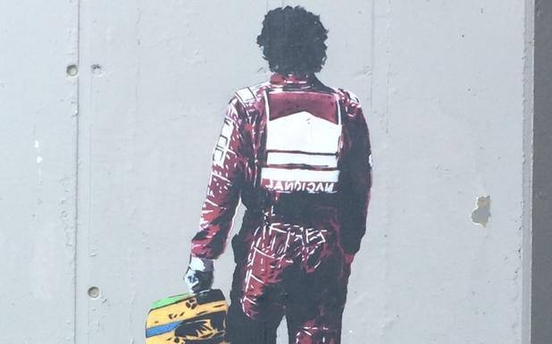 L'omaggio - Le opere di Alessio B, 43enne writer padovano, sono comparse nei pilastri della tangenziale sotto la rotatoria ex Saimp a Padova. Uno, inedito, ritrae il campione di Formula 1 Ayrton Senna di spalle. Un omaggio, a vent'anno dalla scomparsa