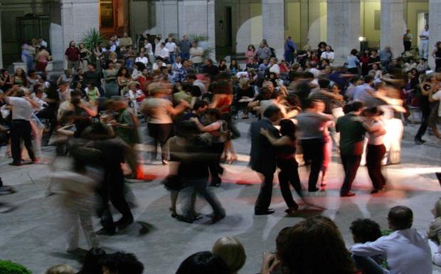 A tutto tango - Parte il festival del tango a Padova, da domenica 8 giugno fino al 6 luglio si balla tra strade e piazze nel festival organizzato Cochabamba 444 Tango Club nell'ambito dell'Estate Carrarese