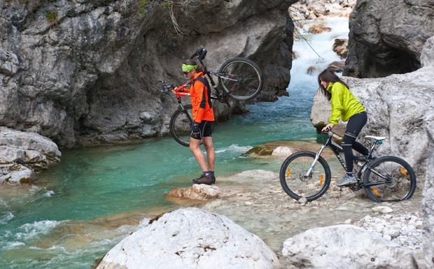 """«E i monti stanno a guardare» - Chi ama i percorsi in bicicletta sulle nostre Dolomiti troverà in libreria una nuova guida, """"E i monti stanno a guardare"""", che invita a scoprire sulle due ruote Barcis, il suo incantevole lago e la Valcellina, ai confini con il Veneto. Nella guida ci sono 23 percorsi cicloturistici dai nomi evocativi"""