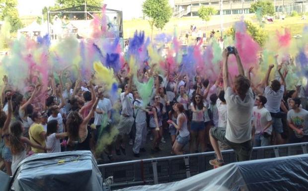 Colori sacri - Ore 19 di sabato 5 luglio, al festival Sherwood grande esordio dell'Holi, un party colorato (foto Catch a Fire)