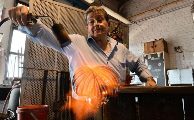 Magie veneziane - Il maestro Adriano Della Valentina forma una caraffa in filigrana (foto Marco Sabadin/Vision)
