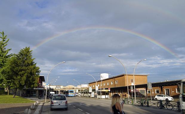 Dopo la pioggia - Siamo a Treviso, nei pressi della stazione ferroviaria, lungo il Put. Sono giorni di pioggia alternata al sole, e lo spettacolo è dietro l'angolo. Ecco un doppio arcobaleno (il primo si vede bene, il secondo è leggero, in alto). Magie di questa estate con le temperature in discesa