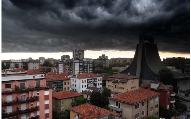 Il cielo su Mestre - Spettacolare immagine di un nubifragio che si sta per abbattere su Mestre. Sono le 19.30 di sabato 12 luglio, il clima sempre più tropicale del Veneto regala immagini stupende e quasi paurose (foto Errebi)