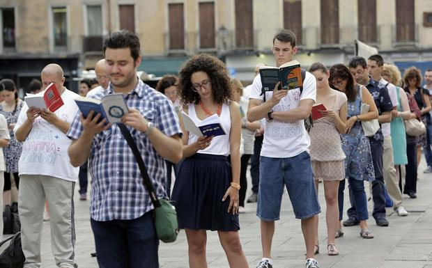 """Appuntamento per un libro - Le """"sentinelle in piedi"""" nella veglia in piazza della Frutta a Padova per la libertà di espressione, leggono in silenzio"""