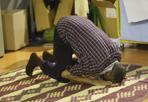 Ramadan - Si conclude il mese dedicato alla preghiera e al digiuno per i fedeli musulmani. Nella foto, un momento di preghiera nella palestra Giotto di Padova (Marco Bergamaschi)
