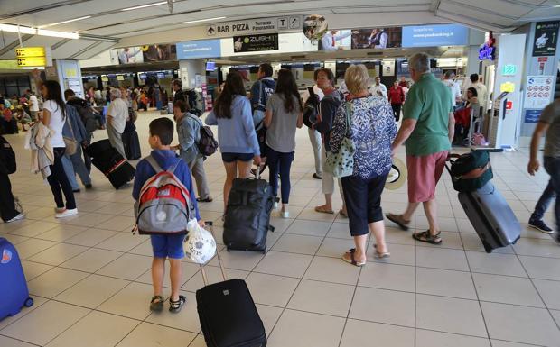 Arrivi e partenze - Aeroporti del Veneto affollati con valigie e trolley. Tutti in partenza per le vacanze estive (Sartori/Fotoland)