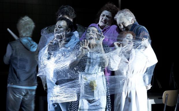 Cenerentola in «pellicola» - Per il terzo anno consecutivo il regista veneziano Damiano Michieletto è stato invitato al festival lirico austriaco per mettere in scena un'opera. Nella foto un momento dello spettacolo che sarà in scena dal 21 agosto (Silvia Lelli)