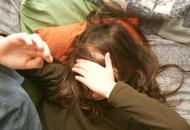 Punizioni, botte e �marchiature� sui due figli, coppia a processo