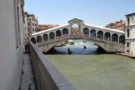 Rialto, il ponte che si alza d'estate Ottanta mirini non lo perdono di vista
