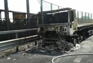 Camion in fiamme sulla A4 | FotoTraffico in tilt, lunghe code