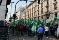 Pensionati e agricoltori in corteo Traffico paralizzato a Padova   Foto