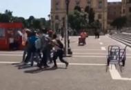 Rissa tra portabagagli alla stazioneUrla e pugni davanti ai turisti: video