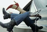 Orgia nell'auto parcheggiataarrivano i vigili: 900 euro di multa
