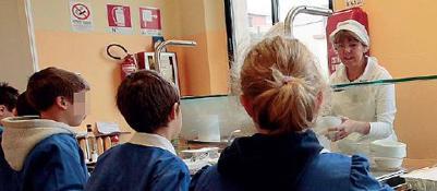Servizio mensa, cambio gestioneE scoppia la protesta dei genitori