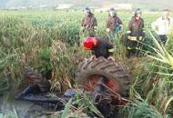 Trattore si rovescia nel canale,agricoltore muore schiacciato