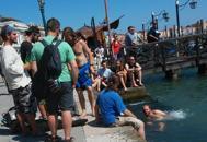 Si tuffa in bacino San Marco,prima multa a un turista cecoFoto I bagni in Canal Grande