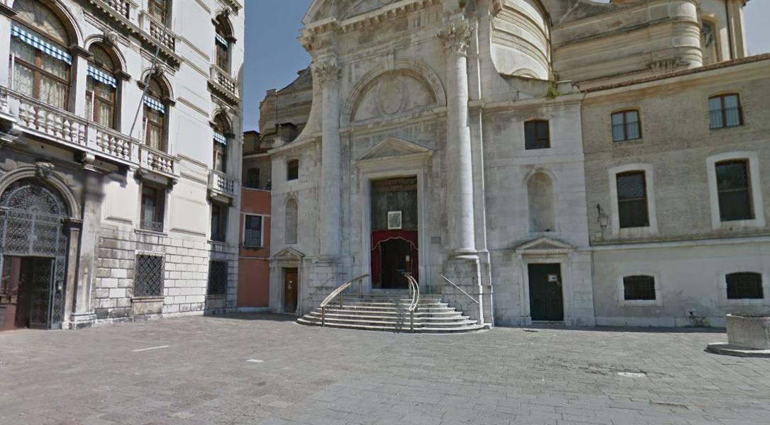 Fa pipì sulla chiesa di San Geremia 10mila euro di multa a un professore