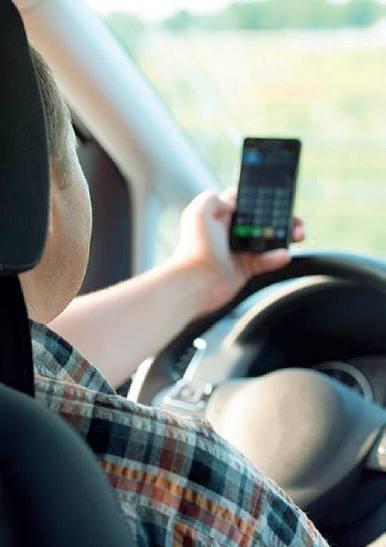 Telefonino alla guida: 20 multe al giorno «Beccati, inventano scuse assurde»