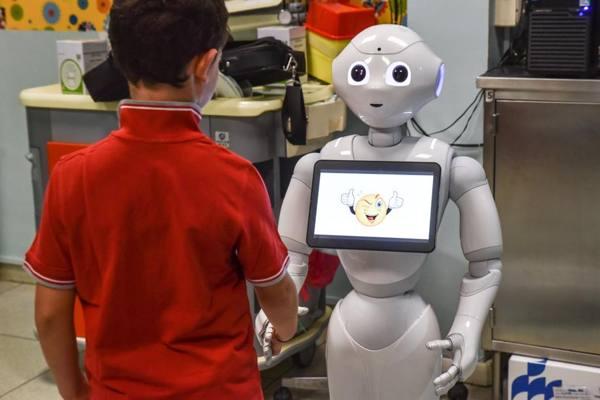 Fa giocare i bimbi in ospedale e li consola Il robot che aiuta a superare il dolore