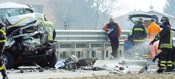 Schianto tra 4 auto sulla strada per Jesolo Un morto e quattro feriti gravi
