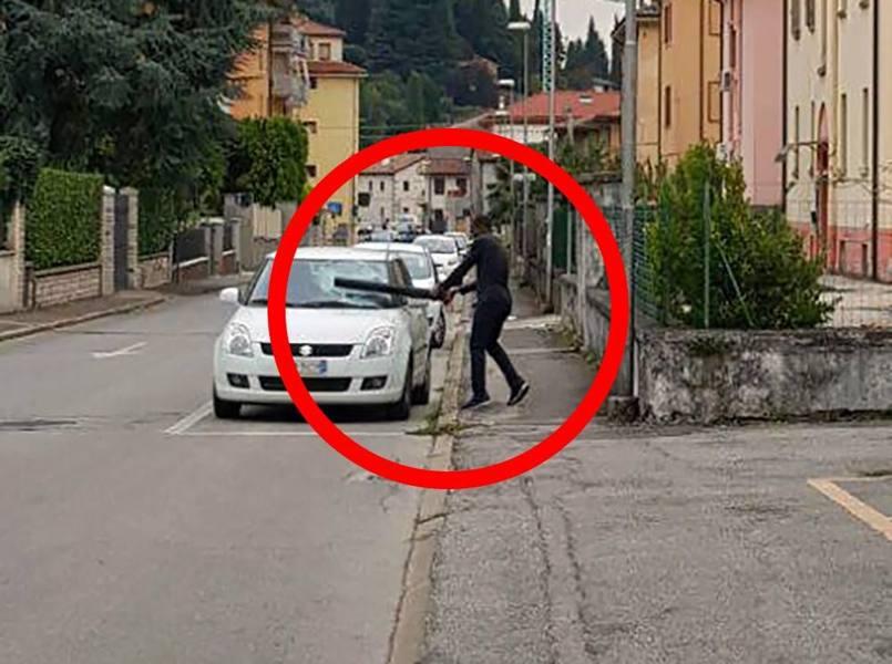 Vestito di nero, distrugge auto in sosta con una spranga: trovato mister x