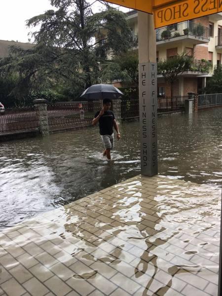Nubifragio si abbatte su Jesolo negozi e garage finiscono sott'acqua