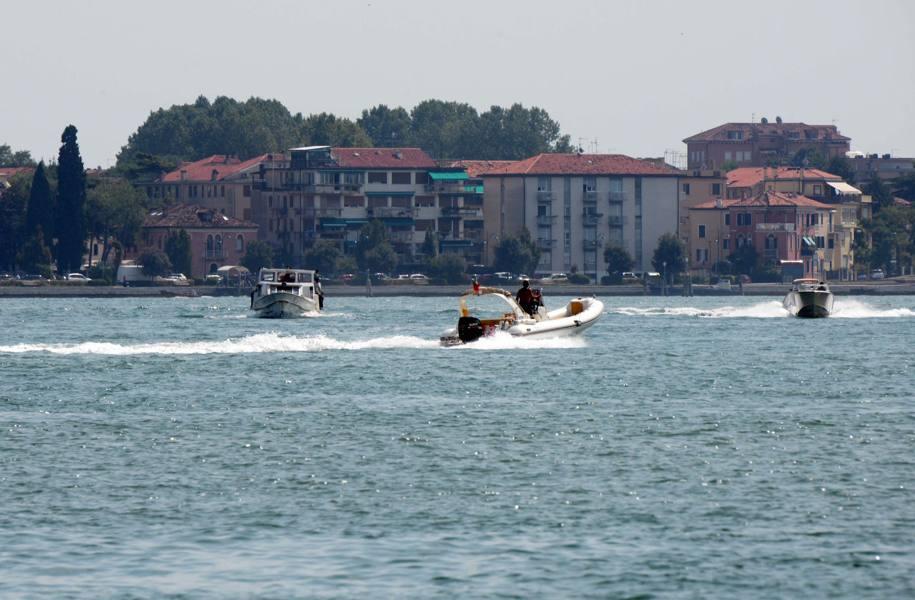 Inseguimento tra i canali di Chioggia Scontro tra barche, arrestati 2 pescatori