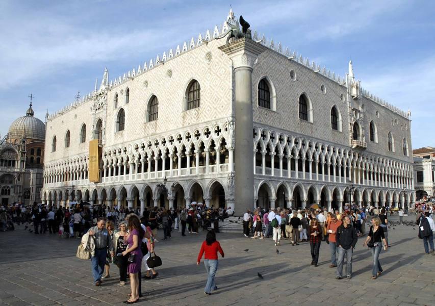 Venezia, accordo Comune-Volotea Sarà restaurato il balcone del Ducale
