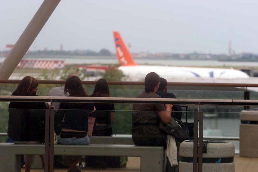 «Ho una grappa che è una bomba» Panico in aeroporto, bloccato il volo