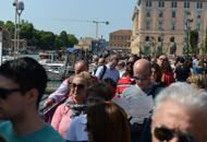 In coda per il vaporetto a Santa Luciadue turisti derubati di 60mila euro