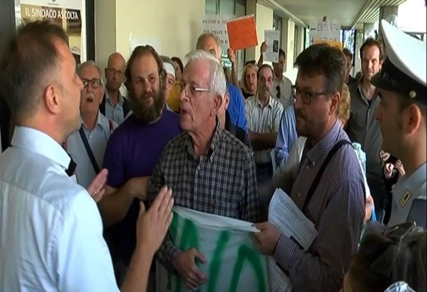 Bitonci contestato a Mortise La rabbia dei residenti: «No allo stadio»