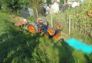 Si rovescia col trattore, muore agricoltore