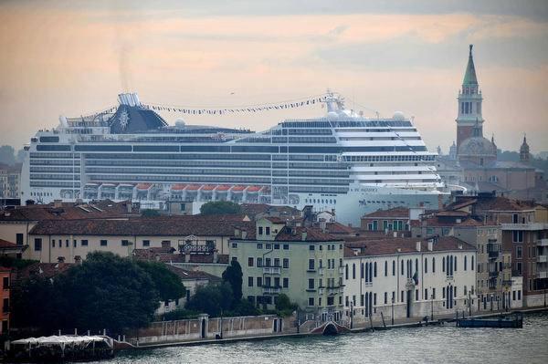 Grandi navi, Brugnaro «apre» alla soluzione Marghera Fumi, undici multe alle compagnie