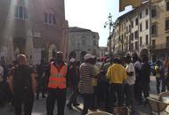 Profughi senza documenti |Foto |Vdun centinaio in piazza dei Signori
